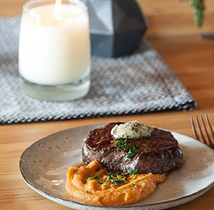 Sous-Vide-Steak mit Süßkartoffelpüree und Kräuterbutter Rezept